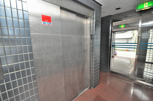 高井田青山ビル 嬉しい事にエレベーターがあります。重い荷物を持っていても安心