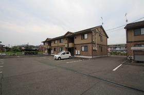 https://image.rentersnet.jp/c4d29628-f3f4-4f54-bcad-474bee6811d8_property_picture_9494_large.jpg_cap_建物正面駐車場
