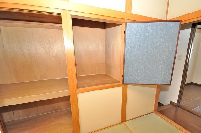長栄寺8-24 貸家 収納がたくさんあると、お部屋がすっきり片付きますね。