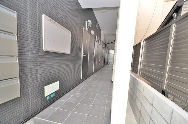 フォレストコート東今里 玄関まで伸びる廊下がきれいに片づけられています。