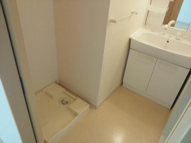 クリスタルガーデン カラー 洗濯機置場が室内にあると本当に助かりますよね。