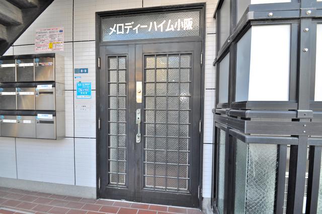 メロディーハイム小阪 シンプルなのにとても豪華なエントランスですね。