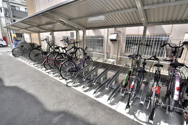 セレニテオズ北巽 敷地内にある専用の駐輪場。雨の日にはうれしい屋根つきです。