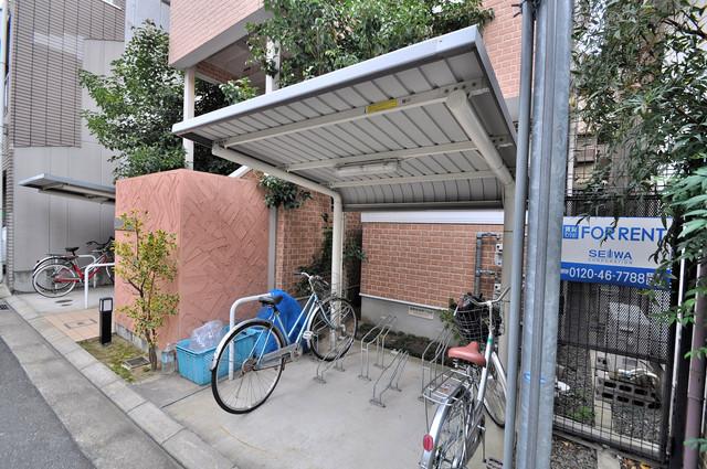エストレヤ荒川 屋根付きの駐輪場は大切な自転車を雨から守ってくれます。
