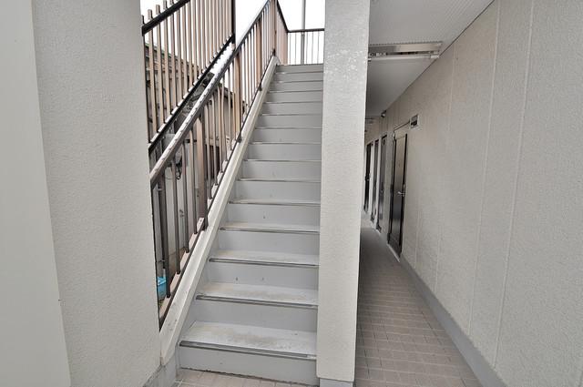 東大阪市上小阪4丁目の賃貸マンション 2階に伸びていく階段。この建物にはなくてはならないものです。