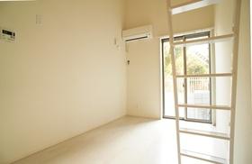 https://image.rentersnet.jp/c797f9d60623e0c0bc071751a66e3c43_property_picture_962_large.jpg_cap_白のフローリングがまぶしい洋室。
