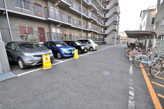 サンリッツ巽 敷地内にある駐車場。愛車が目の届く所に置けると安心ですよね。