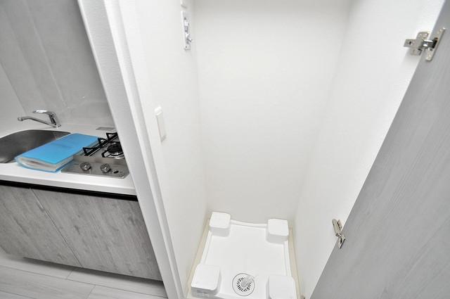 レジュールアッシュOSAKA新深江 洗濯機置場が室内にあると本当に助かりますよね。
