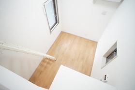 https://image.rentersnet.jp/c83540c9-5d0f-4633-92b5-735fe7e2db41_property_picture_2987_large.jpg_cap_ロフトから見た洋室