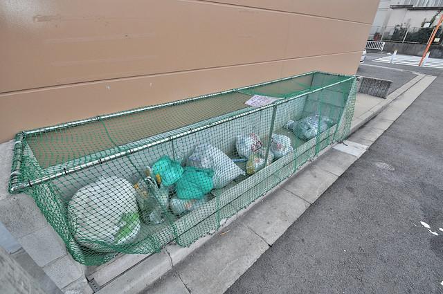 レオパレススズラン 朝が弱い方でも安心夜でも出せる嬉しい敷地内ゴミ置き場。