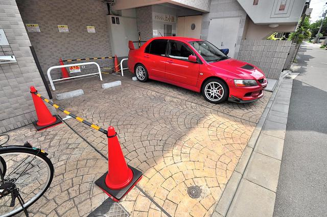 オランジュ上小阪 敷地内にある駐車場。愛車が目の届く所に置けると安心ですよね。