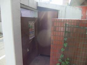 ゴミ置き場の入り口