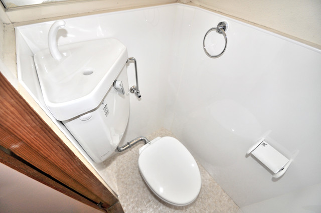 太平寺2丁目 連棟住宅 窓があるトイレは、風通しが良く、心地よい気分になります。