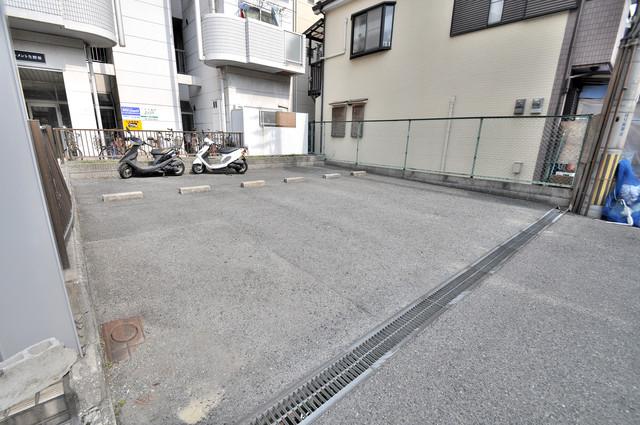 アパートメント生野Ⅲ 敷地内にある駐車場。愛車が目の届く所に置けると安心ですよね。