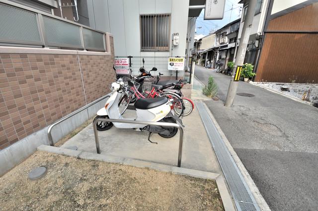 巽北ロイヤルマンション 敷地内にある駐輪スペース。バイクも置けます。