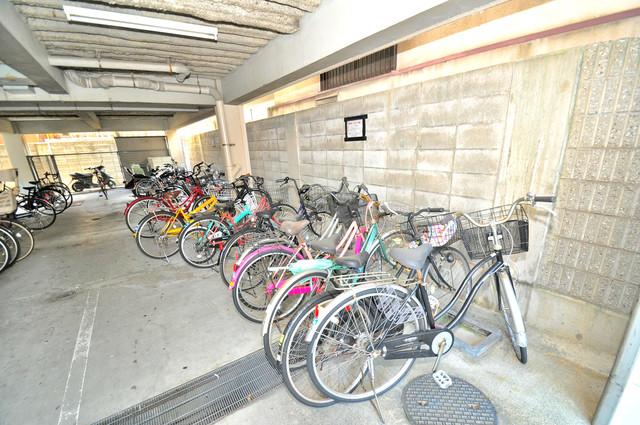 セントラルパーム 屋内にある駐輪場は大切な自転車を雨から守ってくれます。