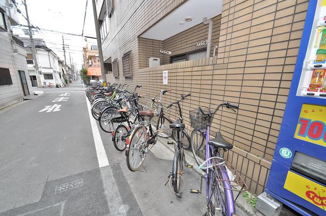 メルヘン新今里 こちらにみなさん自転車を置いています。