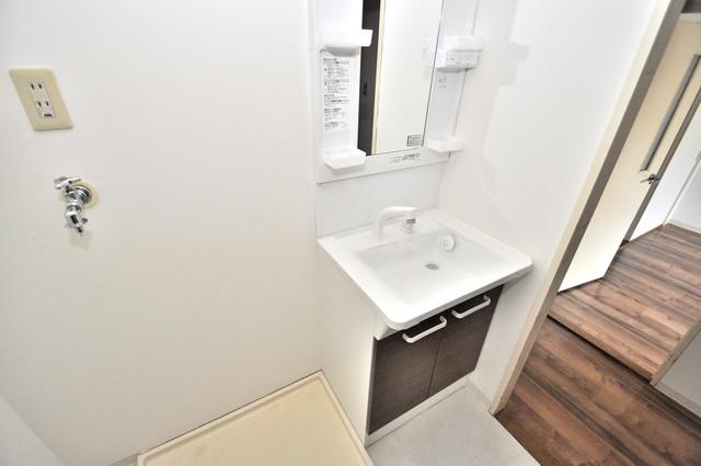 フローラ長田 独立した洗面所には洗濯機置場もあり、脱衣場も広めです。