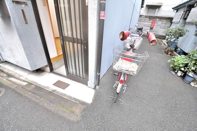 宝持4丁目貸家 エントランス周辺はいつも綺麗に清掃されています