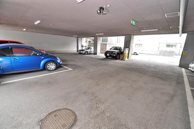 フローラ長田 屋根付き駐車場は大切な愛車を雨風から守ってくれます。