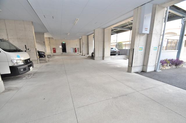 ステーブル荒木 1階には駐車場があります。屋根付きは嬉しいですね。