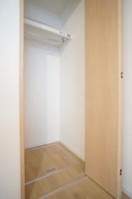 https://image.rentersnet.jp/cdd0fd8c-1a78-4a39-b3aa-9bf158d69cbf_property_picture_1800_large.jpg_cap_クローゼット