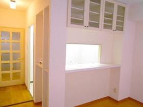 対面キッチンのLDK(上部に収納棚あり)
