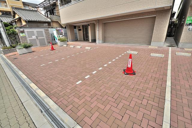 エムズコート今里 敷地内にある駐車場。愛車が目の届く所に置けると安心ですよね。