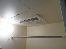 https://image.rentersnet.jp/cedf5fc4dd9df971874a0c2d5eb0244e_property_picture_2418_large.jpg_cap_浴室乾燥機