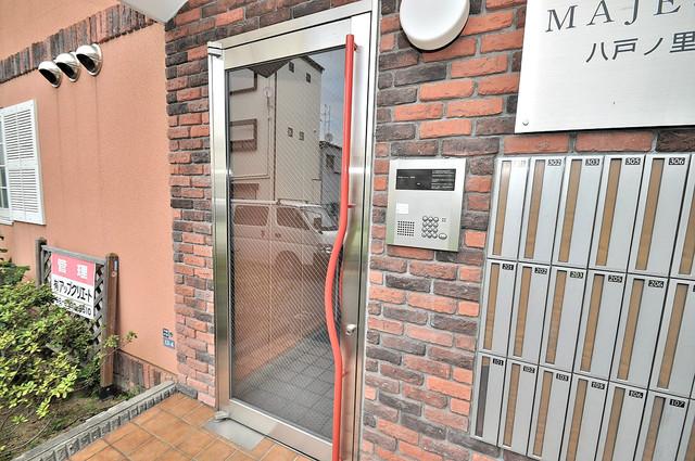 マジェスタ八戸ノ里 オシャレなエントランスは安心のオートロック完備です。