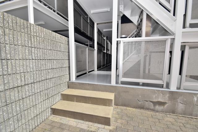 シティーコア高井田Ⅰ 玄関まで伸びる廊下がきれいに片づけられています。