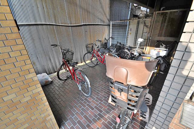ヴェルドミール舎利寺 屋根付きの駐輪場は大切な自転車を雨から守ってくれます。