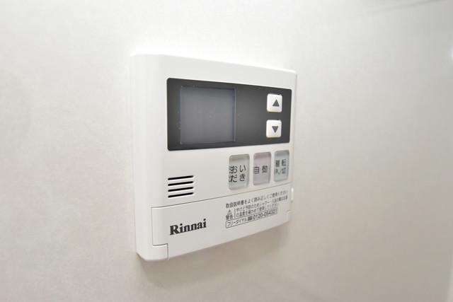 リビングライフ長瀬 給湯リモコン付。温度調整は指1本、いつでもお好みの温度です。