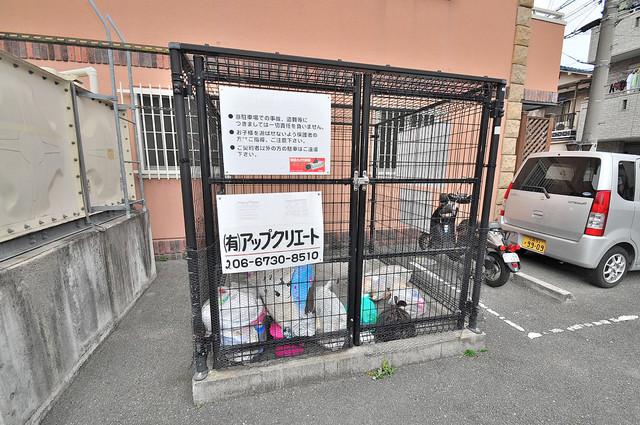 マジェスタ八戸ノ里 敷地内に有り、時間を気にせず出せるごみ置き場。