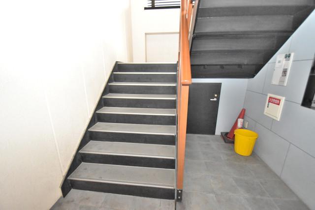 アルム久宝寺 2階に伸びていく階段。この建物にはなくてはならないものです。
