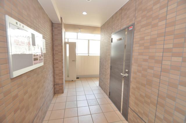 ベルビア八戸ノ里 玄関まで伸びる廊下がきれいに片づけられています。
