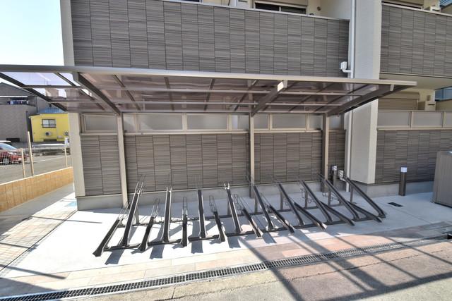ラモーナ巽南 敷地内にある専用の駐輪場。雨の日にはうれしい屋根つきです。
