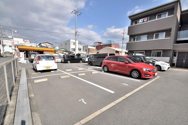 シャーメゾン友井 1階には駐車場があります。