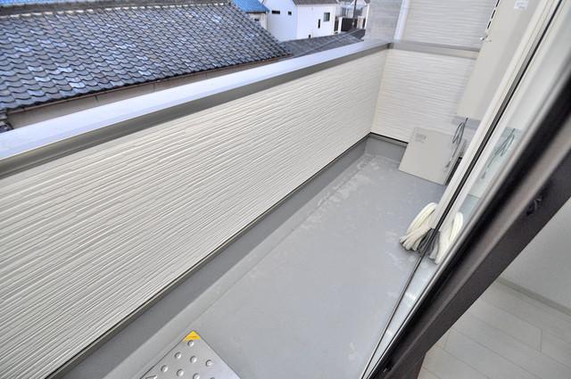 クリエオーレ南上小阪 広めのバルコニーは風通しが良く、洗濯物もよく乾きそうです。