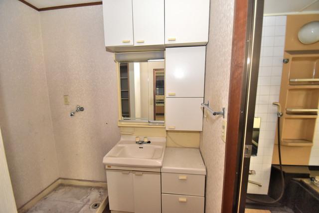 ロイヤル丸文 独立した洗面所には洗濯機置場もあり、脱衣場も広めです。
