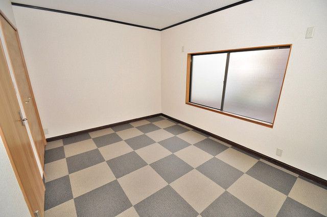 小路東2-3-9 貸家 床がオシャレなチェック模様になっています。