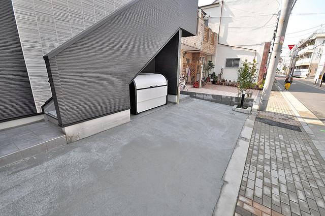 アキラ大阪 玄関前の共有部分。周辺はいつもキレイに片付けられています。