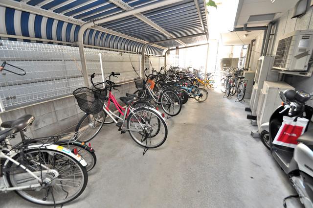 メルシー2000 敷地内にある専用の駐輪場。雨の日にはうれしい屋根つきです。
