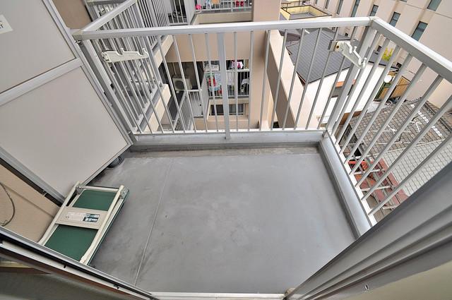 エンゼルハイツ小阪本町 単身さんにちょうどいいサイズのバルコニー。洗濯機も置けます。