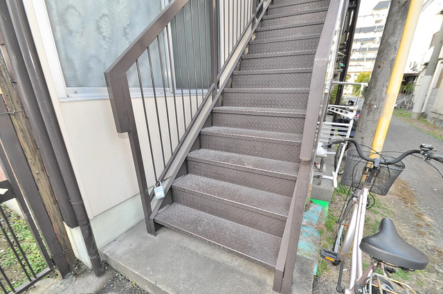 永和ハイツ 2階に伸びていく階段。この建物にはなくてはならないものです。