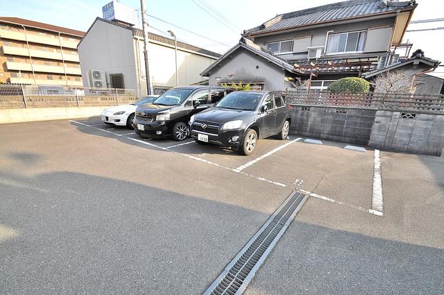 フラワーロード 敷地内にある駐車場。愛車が目の届く所に置けると安心ですよね。