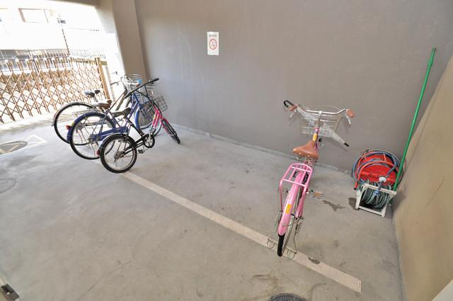 フォレステージュ長瀬 駐輪場が敷地内にあります。愛車を安心して置いておけますね。
