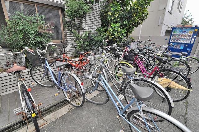 湊川マンション 敷地内には専用の駐輪スペースもあります。