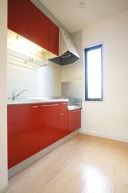 アクセントの赤パネルがおしゃれなキッチンスペース