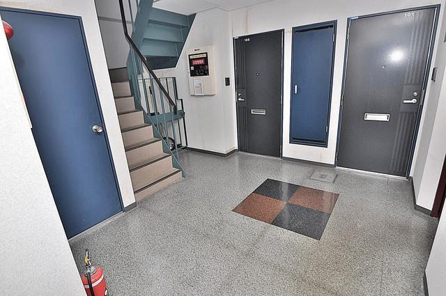 カーサAY 玄関まで伸びる廊下がきれいに片づけられています。